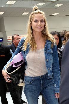 Хайди Клум без лифчика в аэропорте Франции фото #1