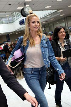Хайди Клум без лифчика в аэропорте Франции фото #3