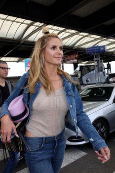 Хайди Клум без лифчика в аэропорте Франции фото #4
