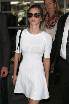 Эмма Уотсон без лифчика в облегающем платье фото #2