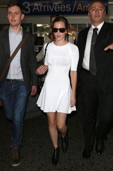 Эмма Уотсон без лифчика в облегающем платье фото #3