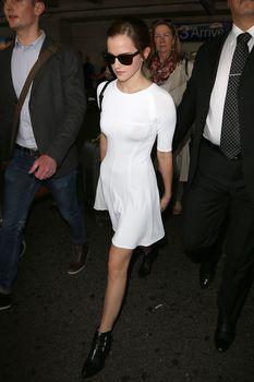 Эмма Уотсон без лифчика в облегающем платье фото #4