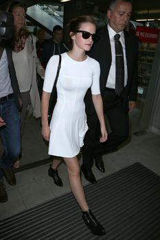 Эмма Уотсон без лифчика в облегающем платье фото #6