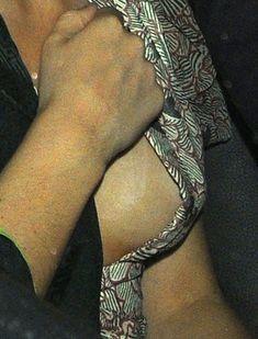 Эмма Уотсон оголила грудь в машине фото #2
