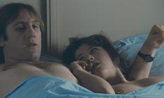 Софи Марсо показала голую грудь в фильме «Полиция» фото #8