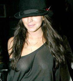 Линдси Лохан светит грудью возле клуба в Лондоне фото #1