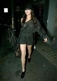 Линдси Лохан светит грудью возле клуба в Лондоне фото #3