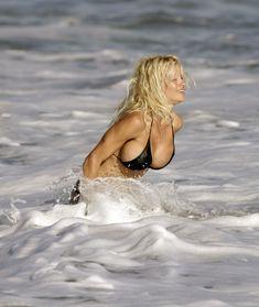 Сексуальная фигура Памелы Андерсон в бикини фото #1