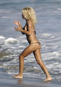 Сексуальная фигура Памелы Андерсон в бикини фото #4