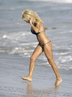 Сексуальная фигура Памелы Андерсон в бикини фото #7