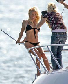 Памела Андерсон в бикини на съемках в Каннах фото #4