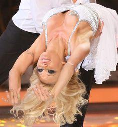 Заклеенный сосок Памелы Андерсон на телешоу «Танцы на льду» фото #1