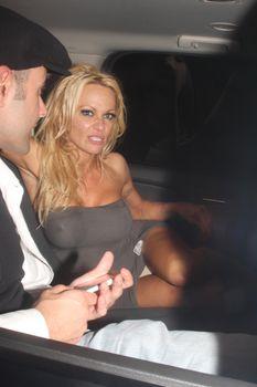 Памела Андерсон без бюстгальтера в Голливуде фото #1