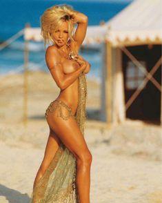 Сочная голая грудь Памелы Андерсон в журнале Плейбой фото #3