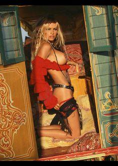 Голые сиськи Памелы Андерсон в журнале Playboy фото #9