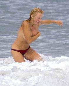 Шаловливая Памела Андерсон без купальника на пляже фото #1