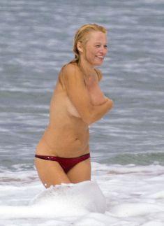 Шаловливая Памела Андерсон без купальника на пляже фото #2