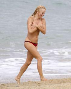 Шаловливая Памела Андерсон без купальника на пляже фото #4