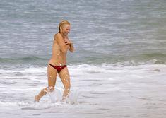 Шаловливая Памела Андерсон без купальника на пляже фото #5