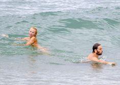 Шаловливая Памела Андерсон без купальника на пляже фото #7