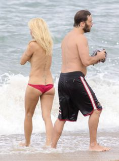 Шаловливая Памела Андерсон без купальника на пляже фото #8
