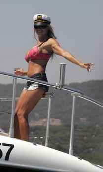 Пышногрудая Памела Андерсон в коротких шортах на яхте фото #1