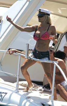 Пышногрудая Памела Андерсон в коротких шортах на яхте фото #2
