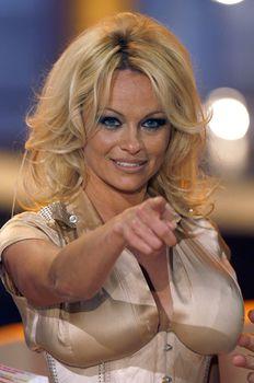 Памела Андерсон в соблазнительном наряде на телешоу Welcome to Carmen Nebel фото #3