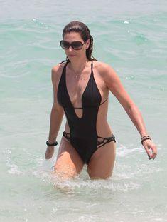 Секси Дэйзи Фуэнтес в черном бикини в Майями фото #2