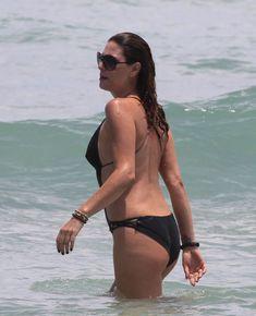 Секси Дэйзи Фуэнтес в черном бикини в Майями фото #5