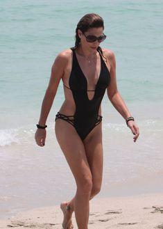 Секси Дэйзи Фуэнтес в черном бикини в Майями фото #6