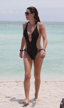 Секси Дэйзи Фуэнтес в черном бикини в Майями фото #7