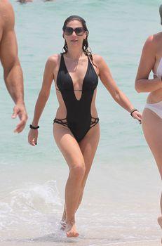 Секси Дэйзи Фуэнтес в черном бикини в Майями фото #8