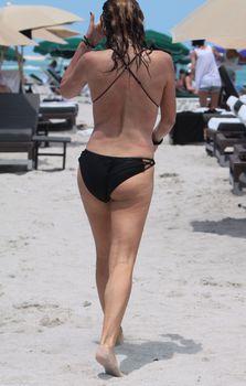 Секси Дэйзи Фуэнтес в черном бикини в Майями фото #10
