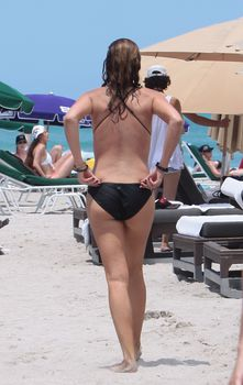 Секси Дэйзи Фуэнтес в черном бикини в Майями фото #11