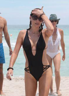 Секси Дэйзи Фуэнтес в черном бикини в Майями фото #14
