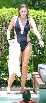 Секси Дэйзи Фуэнтес в черном бикини в Майями фото #15