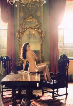 Обнаженная Ева Грин на столе для журнала Tatler фото #1