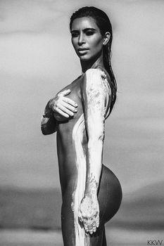 Обнаженная Ким Кардашьян в фотосессии в пустыни фото #2