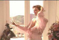 Голая Ава Фабиан в сериале «Эротические признания» фото #3
