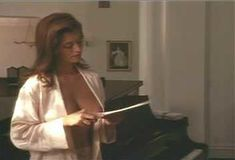Голая Ава Фабиан в сериале «Эротические признания» фото #5