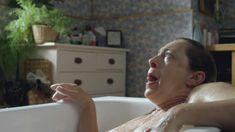Голая грудь Алекс Кингстон в сериале «Дом на окраине» фото #1