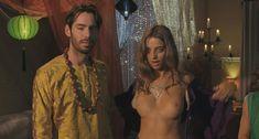 Анджела Сарафян показала голую грудь в фильме «Старая добрая оргия» фото #3