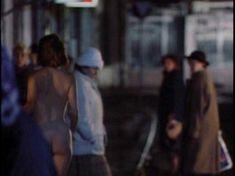 Голая Анджела Фезерстоун в фильме «Темный ангел» фото #4
