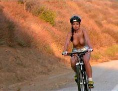 Ария Джованни снялась голой в фильме California Dreams Beach Blanket Malibu фото #20