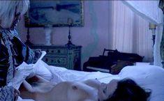 Барбара Де Росси оголила грудь и писю в фильме «Носферату в Венеции» фото #2