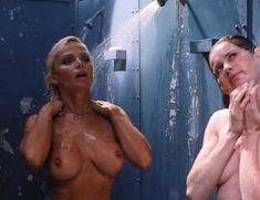 Голая Гэйл Харрис в фильме «Сестры в камере. Загнанные за решетку» фото #1