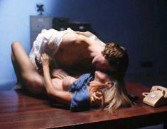 Голая Гэйл Харрис в фильме «Сестры в камере. Загнанные за решетку» фото #7
