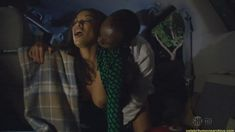 Голая грудь Дафни Дюплекс в сериале «Обитель лжи» фото #2