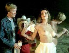 Дебра Бли показала голую грудь в фильме «Пляжные девочки» фото #1